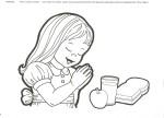niña orando alimentos